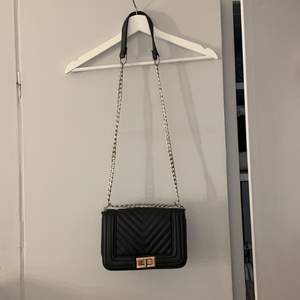 En jättefin och rymlig väska! Den har en kjedja som man både kan ha utanför och inuti väskan (se bild 1 & 2). Det man stänger med är ganska repigt/slitet men syns inte jättemycket! Såklart fake läder! Väldigt fint mönster och den är i hårt material🤍