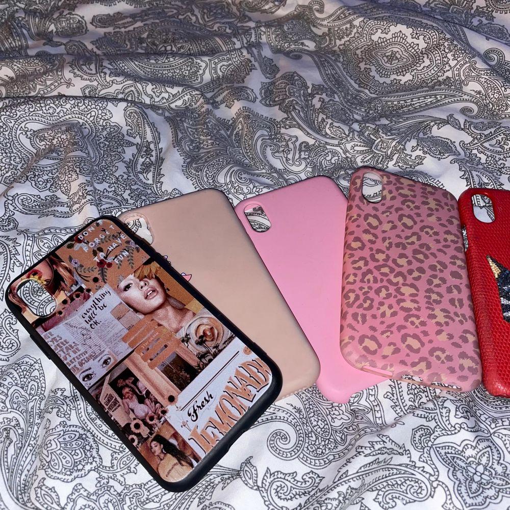Jättefina skal i massa olika färger och texturer till iPhone X/XS, jag har fått en ny telefon och därav används inte dessa skal längre. OBS! Det röda skalet är värt ca 1200kr därav är priset lite dyrare💕 (man får alla skal för 260kr+frakt)☺️. Övrigt.