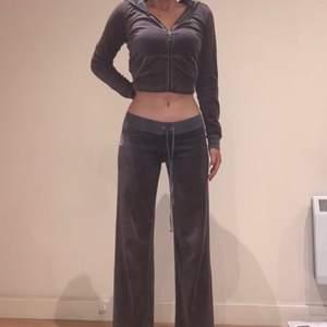 DMA OM DU VILL LÄGGA ÄVER 550kr DÅ FÅR DU DOM DIREKT. Jätte mysiga, gråa juicy couture byxor med fina rosa detaljer och rhinestones . Jag är 170 lång och dom slutar precis efter smalbenen på mig💕💕