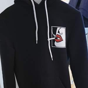 Jättecool hoodie med tryck på båda sidorna. Står att det är unisex men skulle säga att den är xs eller s dam. Knappt använd så inga defekter. Skriv för fler bilder 🥰