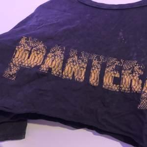 skön och bekväm kort magtröja från pull & bear som blivit klippt från en vanlig t-shirt, med trycket