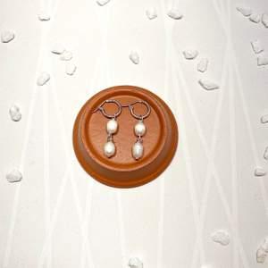 Nickelfria örhängen med två hängande äkta sötvattenspärlor! 🤍