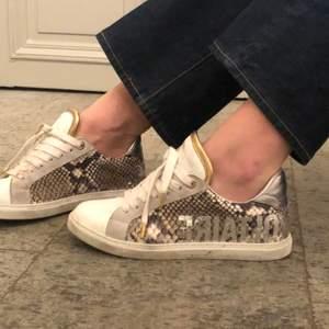 Säljer dessa otroligt fina sneakers från Zadig er Voltaire! Förutom lite smuts på skosnörena som går bort i tvätten så är de i perfekt skick! Nypris: 2000 kr, säljer för 1000 kr + frakt på ca 150 kr. pris kan diskuteras!