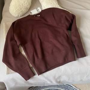 Helt ny sweatshirt i jätte skönt stickat material!! storlek S, säljer för att det inte riktigt är min färg💗