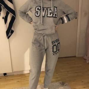 Ett grått mjukissett från Svea. Byxorna är lite korta i benen men stora annars och man kan knyta dem. Det är strl M men jag skulle säga S-M för jag är själv XS/S. Säljes för 200kr + frakt.