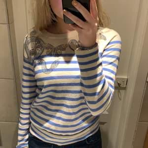 Så fin tröja från zadig Voltaire! Knappt använd så i super ta skick! Så fina färger och jättefint glitter. Så mjuk då den är i 100% khasmire  😊 buda!