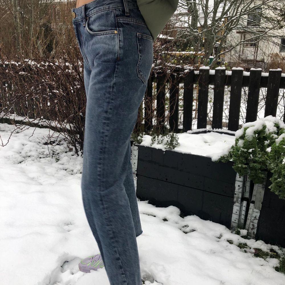 Bikbokjeans i storlek S som är lite kortare i längden för mig som är ca 173 cm. Som man kan se på bilden så är jeansen lite lågmidjade. Bra kvalite! Frakten ingår ej i priset.. Jeans & Byxor.