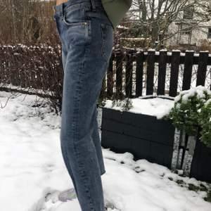 Bikbokjeans i storlek S som är lite kortare i längden för mig som är ca 173 cm. Som man kan se på bilden så är jeansen lite lågmidjade. Bra kvalite! Frakten ingår ej i priset.