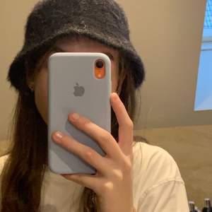 säljer nu denna lurviga svarta bucket hat från h&m pga att den inte längre är i min stil, har använt bara några gånger så hatten är i perfekt skick 🤍 priset kan diskuteras, köparen står för frakten 🤍