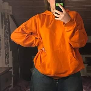 Orange oversize hoodie från monki💕                                        Använt men okej skick och därav pris