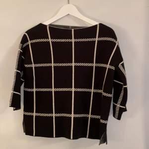 Säljer denna tröja i storlek S. Färg: svart/vit.