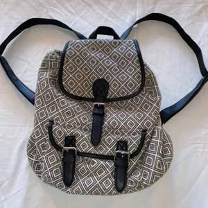 Mönstrad ryggsäck, finns innerfack och ytterfack