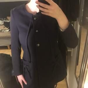 En marinblå kappa ifrån H&M. Endast använd en gång.