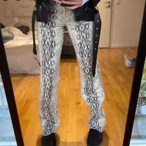 Högmidjade snakeprintade jeans från zara, knappt använt!! passar perfekt för er med långa ben, är själv 1,74🥰skriv till mig vid intresse💕 budet ligger på 250kr!!