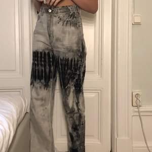 Skit najs o snygga gråa jeans med ett svart mönster från weekday! Använda ett få tal gånger och är då i jätte bra skick. Köparen står för frakt men jag kan mötas upp på söder.