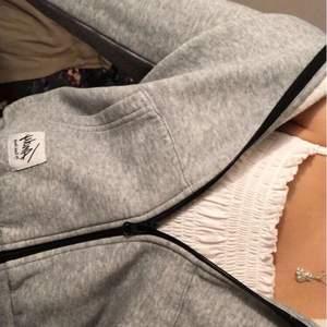 Mysig dragkedje tröja i grå färg, köpt i butik för ca 200kr, men säljer för 150kr! Har en luva och svart dragkedja, frakt tillkommer även💞