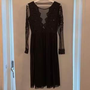 Säljer denna fina klänning som är oanvänd, prislapp finns! Färg: svart. Längd: medellång.