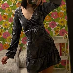 Långärmad, grå klänning i velvet material! Frakt tillkommer💕 Klänningen är en M men passar mig som är en xs/s eftersom man knyter klänningen:)