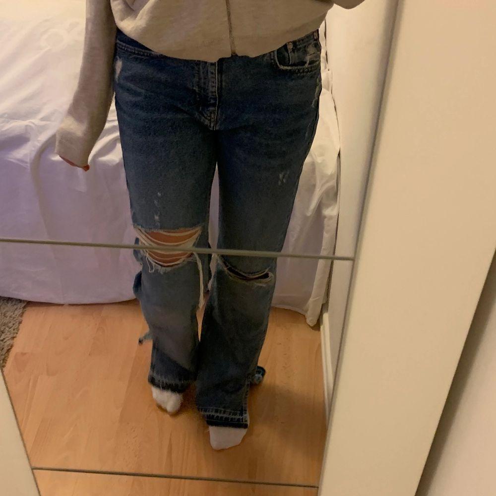 Säljer mina assnygga jeans pga får inte användning för dom, har bara använt dom en gång så jättebra skick dom är slutsålda i nästan alla storlekar! De är storlek 38 och är långa ner till marken på mig som är 170cm, passar mindre storlekar också beroende på hur pösigt du vill ha dom, frakt tillkommer! Har startat budgivning, skriv privat om du vill lägga bud. budet ligger på 270kr+frakt. Jeans & Byxor.