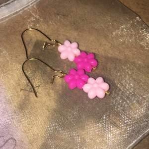 Handgjorda örhängen, nickelfria krokar och plast pärlor✨ kolla min instagram @SmallTingzJewelry 🦋💞 frakt 11kr