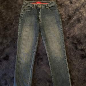 Säljer dessa snygga jeans som jag köpt här på plick men som tyvärr var för små för mig!!