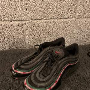 Säljes Nike Airmax 97. Strl 44 passar 43. Skick- 8/10. Ny pris 1900kr. Säljes för 500kr eller bud. Skorna skickas mot avgift på 50kr.