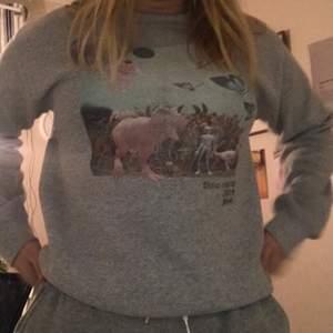Superfin grå sweatshirt med snyggt tryck🖤Ställ gärna frågor!🪐