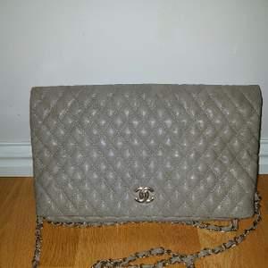 Säljer en super fint och märkte Chanel väskan, Ej äkta , kopia A+, lika 100% som äkta , färgen grå ,medium på storleken, fått som present från min vän ,gott som aldrig använd och är i perfekt skick. Säljes på grund av platsbrist .Perfekt som julklapp till mor, syster eller kanske dig själv.