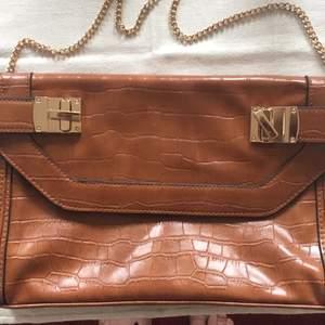 I stort sett ny handväska från miss selfridge, använd vid ett bröllop. Köpt på zalando. Inte riktigt skinn. Ett stort fack och ett litet med lås. Tjusig och snygg till festen!
