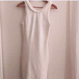 Superfin vit klänning som tyvärr är för liten för mig.