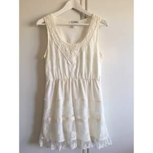 Jättesöt klänning från NLY Blush, beställd på Nelly. Fina detaljer i spets och volanger. Storlek 38. Perfekt till sommaren, midsommarfesten, studenten/examen eller semestern. Från djur- & rökfritt hem, kan skickas! Se gärna mina andra annonser! :)