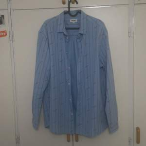 Casual skjorta från Weekday. Ser bra ut både oversized och true to size. I bra skick och frakten ingår i priset. Fråga gärna om du undrar något.