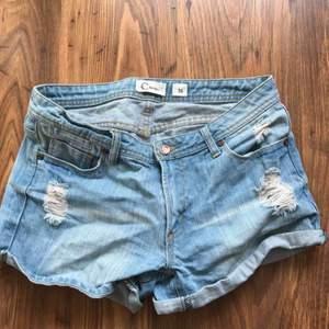 Snygga slitna shorts i storlek 36, frakten ingår