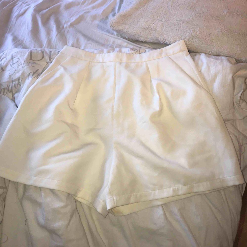 Snygga vita shorts som jag endast har använt en gång, frakt tillkommer 🌸🌺. Shorts.