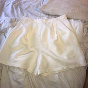 Snygga vita shorts som jag endast har använt en gång, frakt tillkommer 🌸🌺