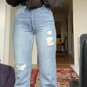 Såå snygga wide leg jeans med slitningar Ny skick, köpte för endast en vecka sen! 400kr ordinarie Hömidjade! Aldrig använda bara testade! Strl: 36 men passar på mig som brukar ha 34 Pris: 300 + frakt Möts upp i sthlm