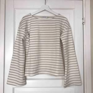 Krämvit randig tröja från NA-KD med vida ärmar. Endast använd en gång. Kan leverera gratis om du bor i Sollentuna, annars står köparen för frakten ⚡️⚡️⚡️