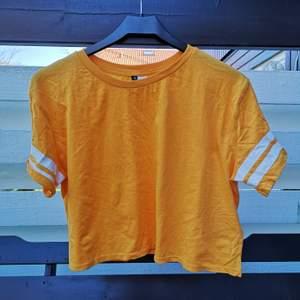 Edgy tshirt från hm I storlek M (den sitter alltså lite oversized på mig), priset är exklusive frakt