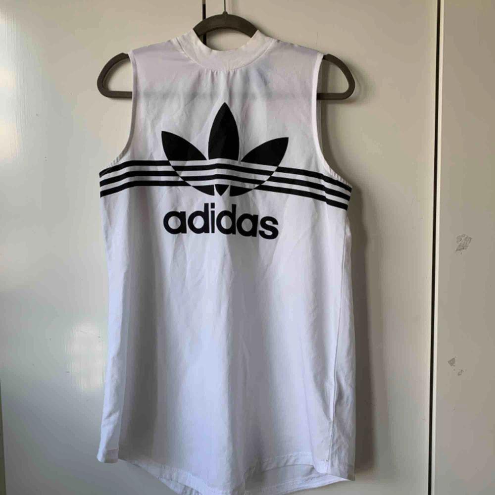 Super fin Adidas top i mesh, inte alls genomskinlig och endast testad :). Toppar.
