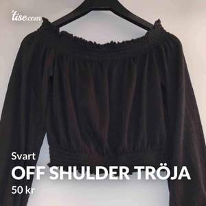 Jätte fin off shulder tröja, svart. Skön är den också 💞 köparen står för frakten 🚚