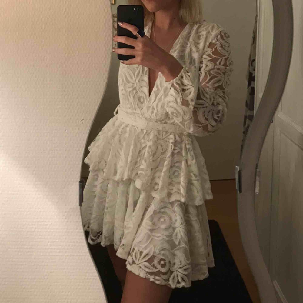 FRAKT INKLUDERAD I PRIS Säljer min studentklänning i super gott skick!  Endast använd 1 gång och är precis som ny. Inga fläckar eller något sånt! Är vanligtvis 36 men passar 34 i denna! . Klänningar.