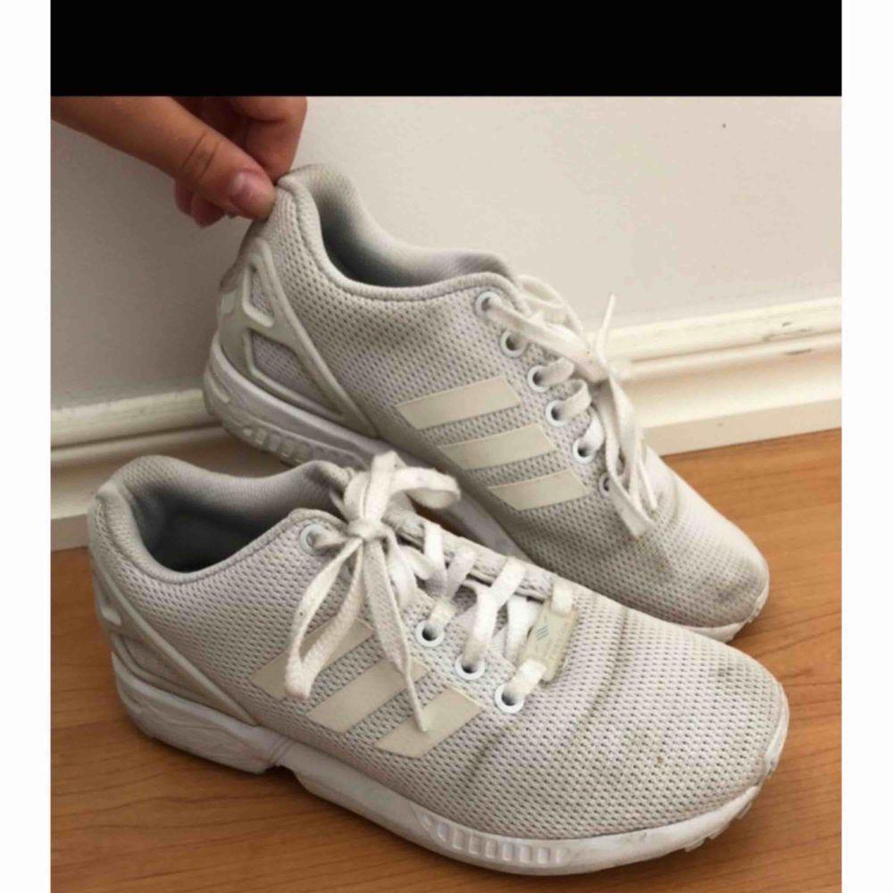 Adidas flux, kan tvättas & blir mycket vitare efter en tvätt. Frakt tillkommer.. Skor.