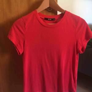 T-shirt från bikbok. Står ej för frakt.