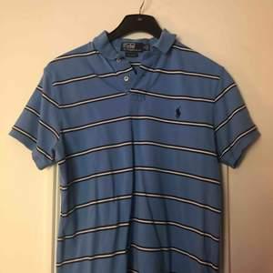Polo Raplh Lauren piké blå randig Enda flawen som finns är längst ner vid väcken på sidorna men det kan enkelt sys ihop, för övrigt bra skick.