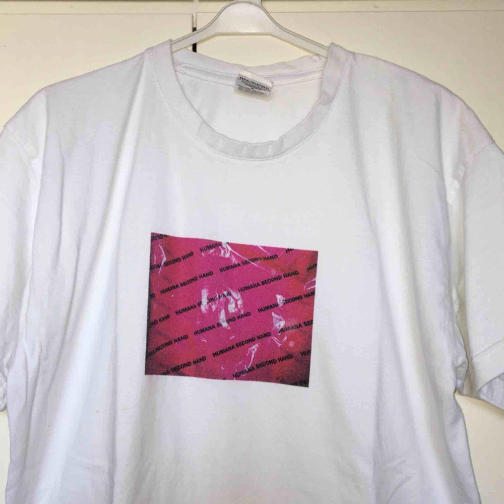 CustomMade tshirt av mig!  💞HUMANA SECOND HAND print 💞 Lite frakt tillkommer.  (Finns bara 1 sådan här tshirt).  KÖP!  . T-shirts.