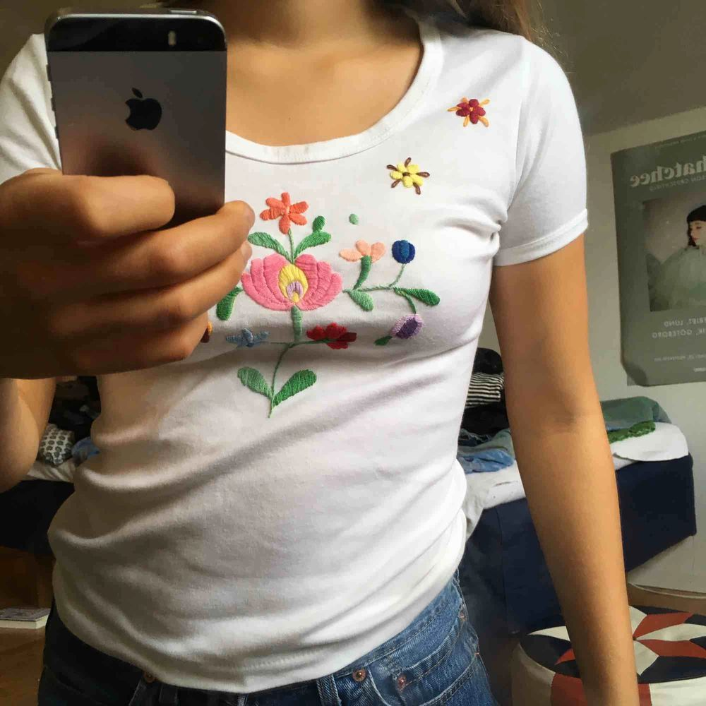 Superfin vintagetshirt i bomull med folkloristiskt broderi. Fri frakt!. T-shirts.