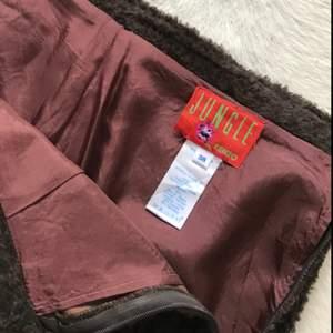 Kenzo kjol från 80-talet, storlek 36! Brunt fluffigt material som är lätt leopard mönstrat! Dragkedja på sidan