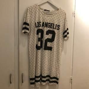 GARDEROBSRENSNING! Supergo t-shirt klänning från bikbok i gott skick. Köpt för tre år sedan på bikbok för 499kr.