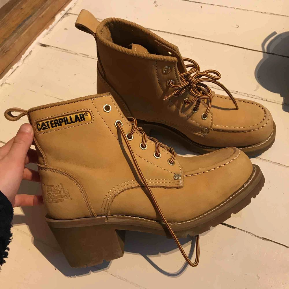 Hej hallå säljer våra äkta Caterpillar skor som tyvärr inte används längre. I väldigt fint skick. Kan mötas upp såklart eller så kan dem fraktas. Skor.