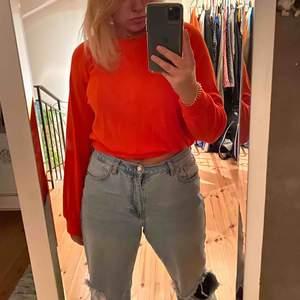 Orange sweatshirt i kortare modell, sjukt skönt material! Aldrig använd 💓